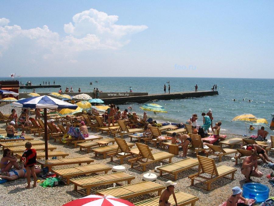 Галечный пляж в центре Приморского (с лежаками в аренду)
